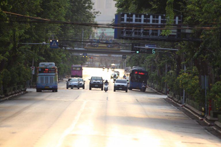 บรรยากาศเสาชิงช้าและถนนราชดำเนินในวันที่รถน้อย