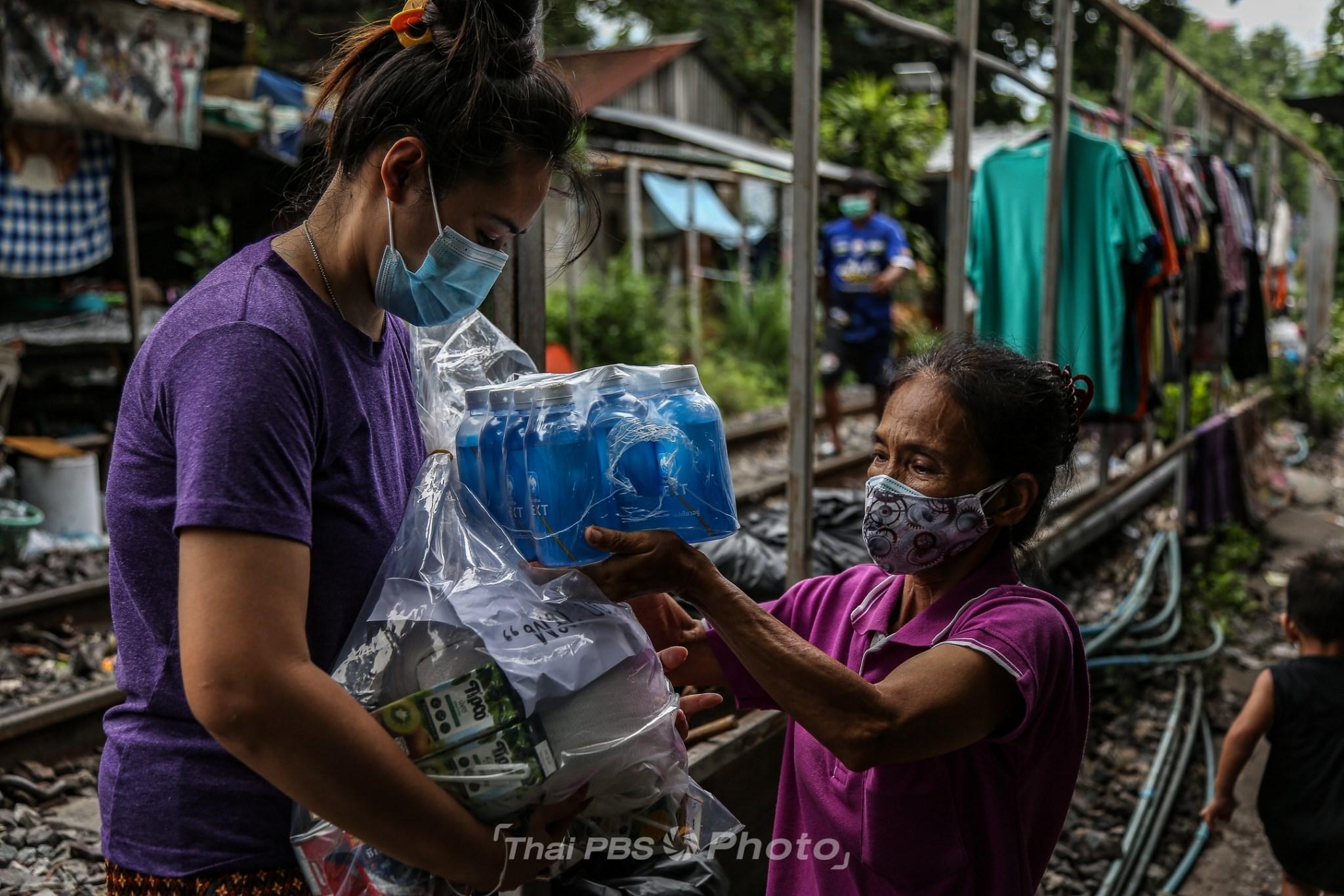 แจกเครื่องอุปโภคบริโภค ช่วยชุมชนในพื้นที่สีแดง | 8 พ.ค. 64